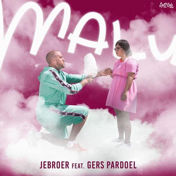 Victory in de Videoclip van JeBroer feat. Gers Pardoel – Malu